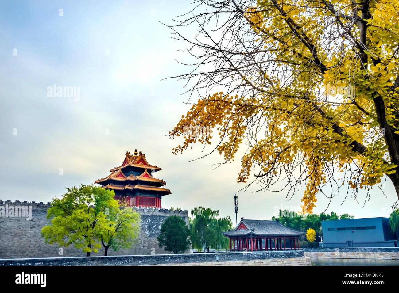 Pfeil Watch Tower Yellow Autumn Gugong Verbotene Stadt Graben Canal Plaace Wand Beijing China. Der Kaiserpalast Stockbild