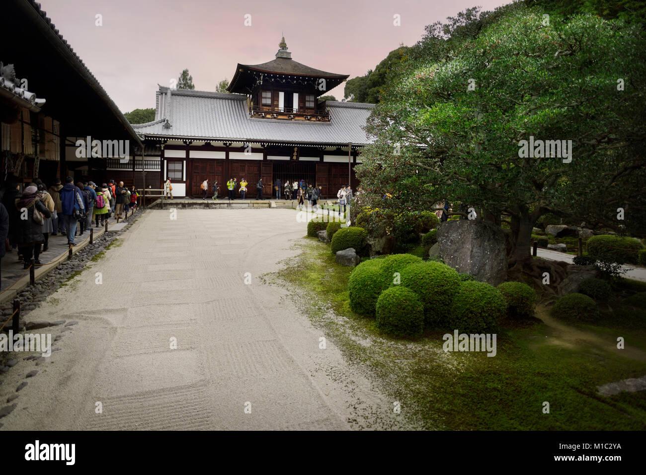 tofukuji buddhistischen tempel kaizando halle mit einem geometrischen wei en kies zen garten. Black Bedroom Furniture Sets. Home Design Ideas