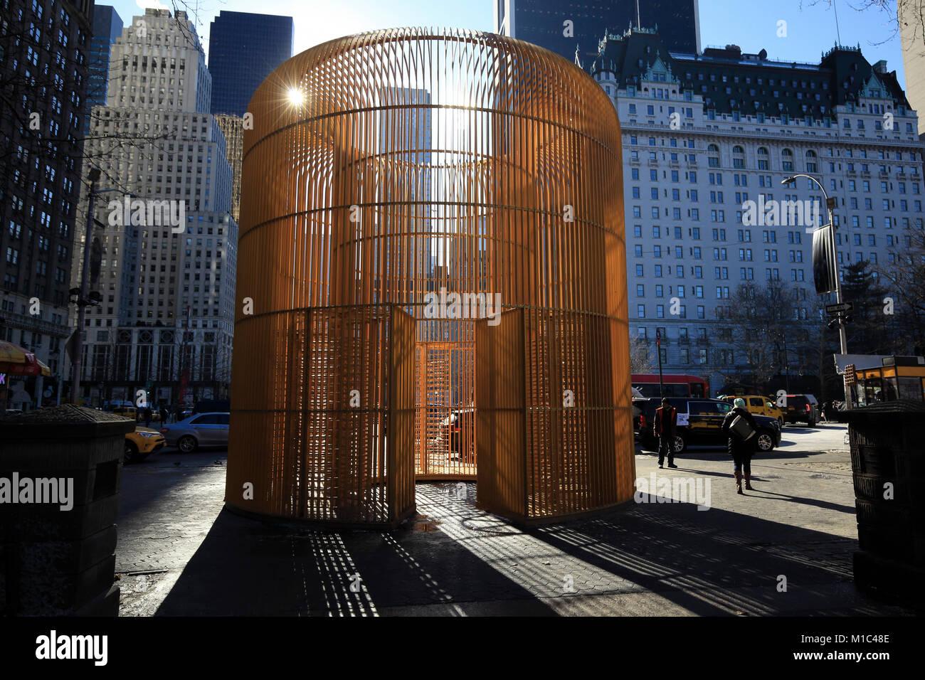 Ai Weiweis goldenen Käfig kunst Installation am Eingang zu den Central Park in New York City Stockfoto