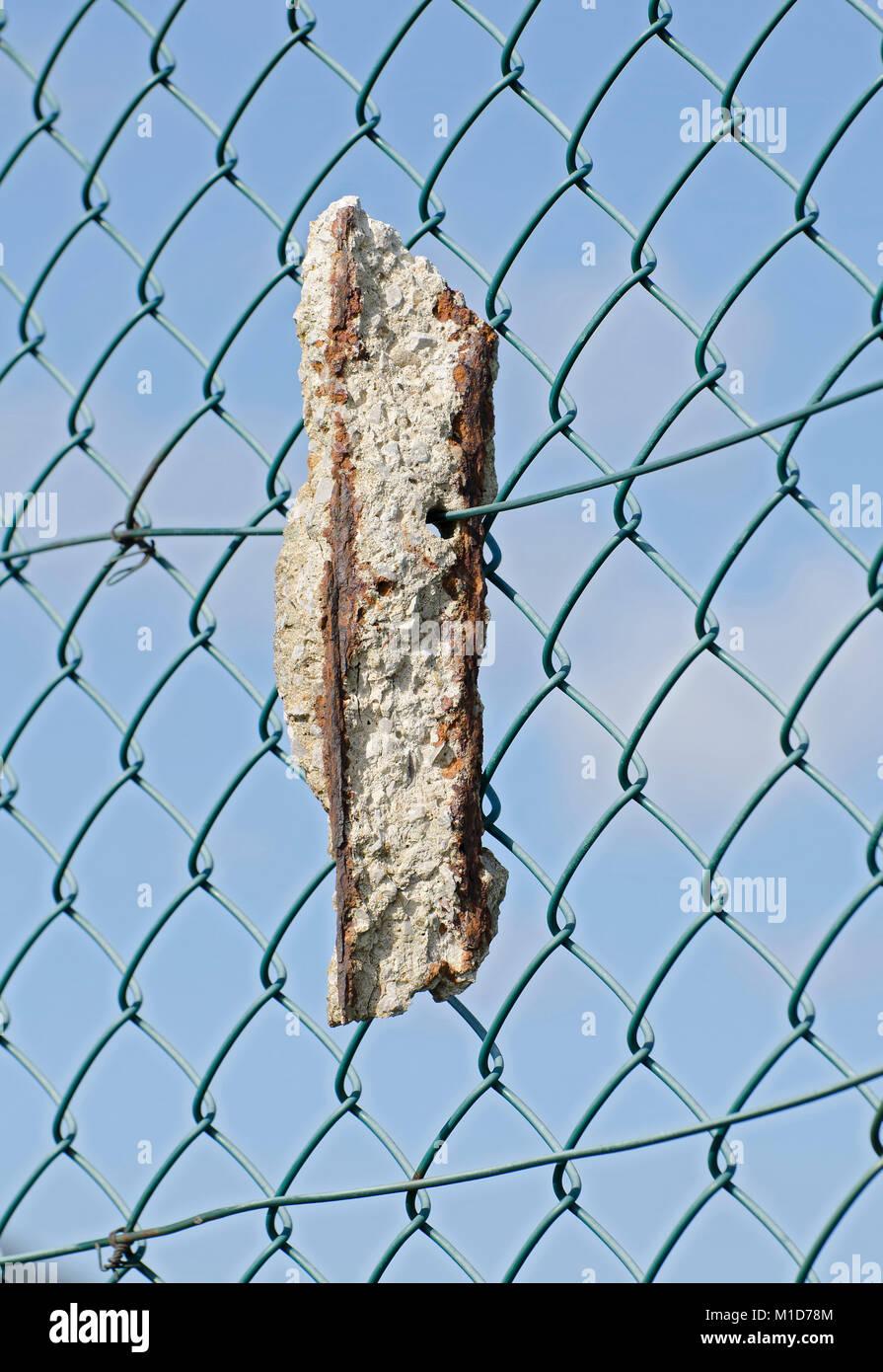 Broken Chain Link Fence Stockfotos & Broken Chain Link Fence Bilder ...