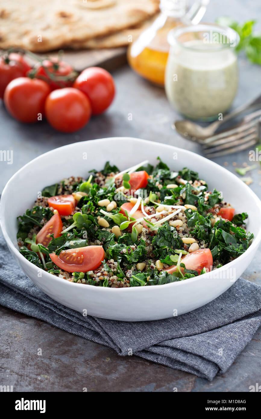 Grünkohl und Quinoa Salat mit Tomaten Stockbild