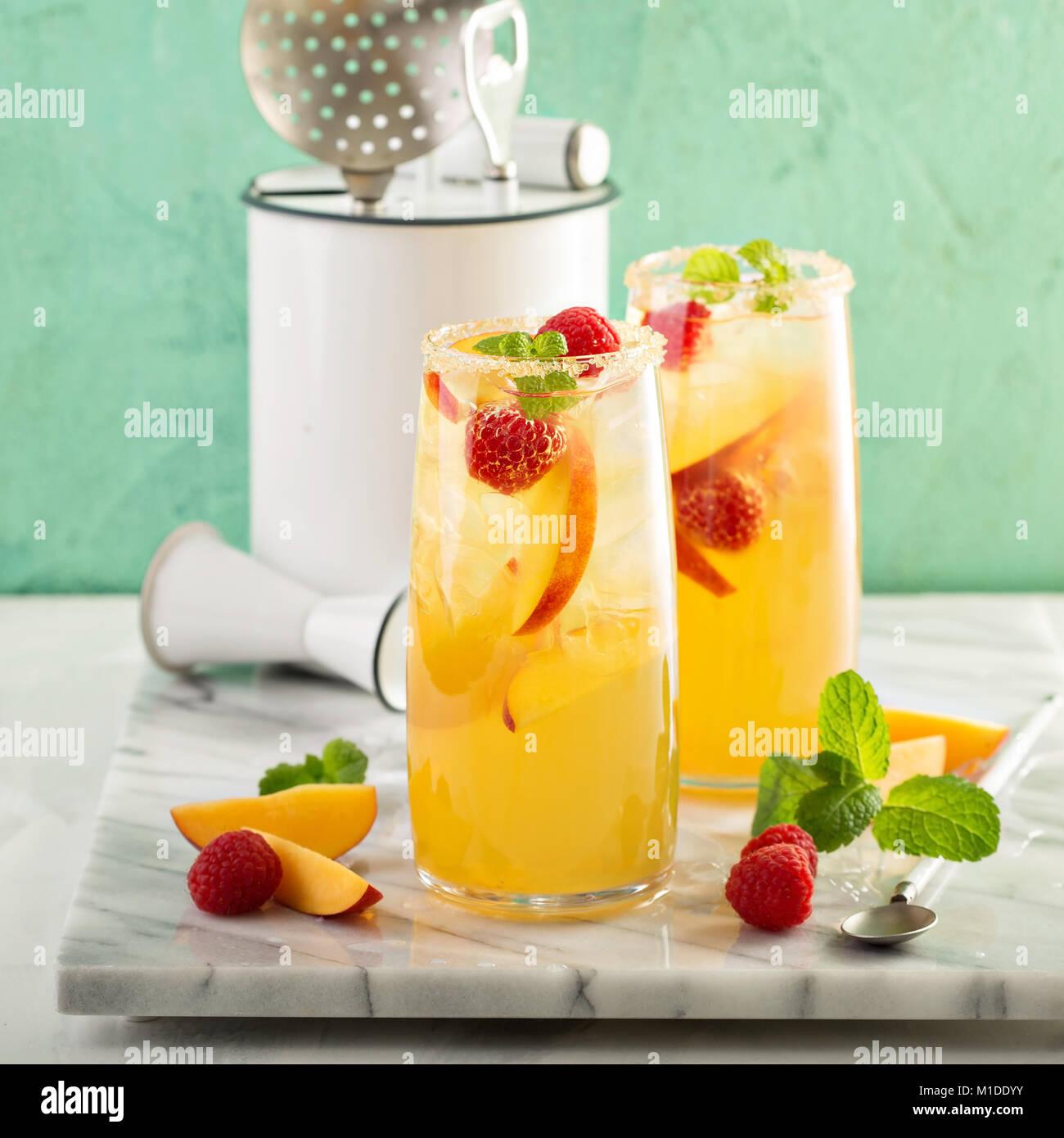 Bunten erfrischenden kalten Sommer trinken mit Pfirsichen Stockbild