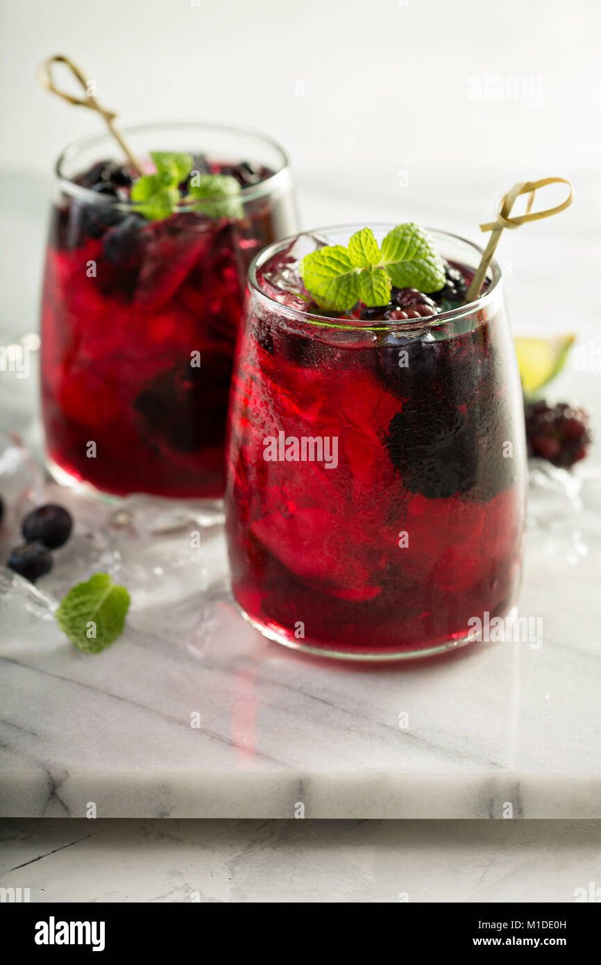 Sommer berry Drink mit Kalk Stockbild