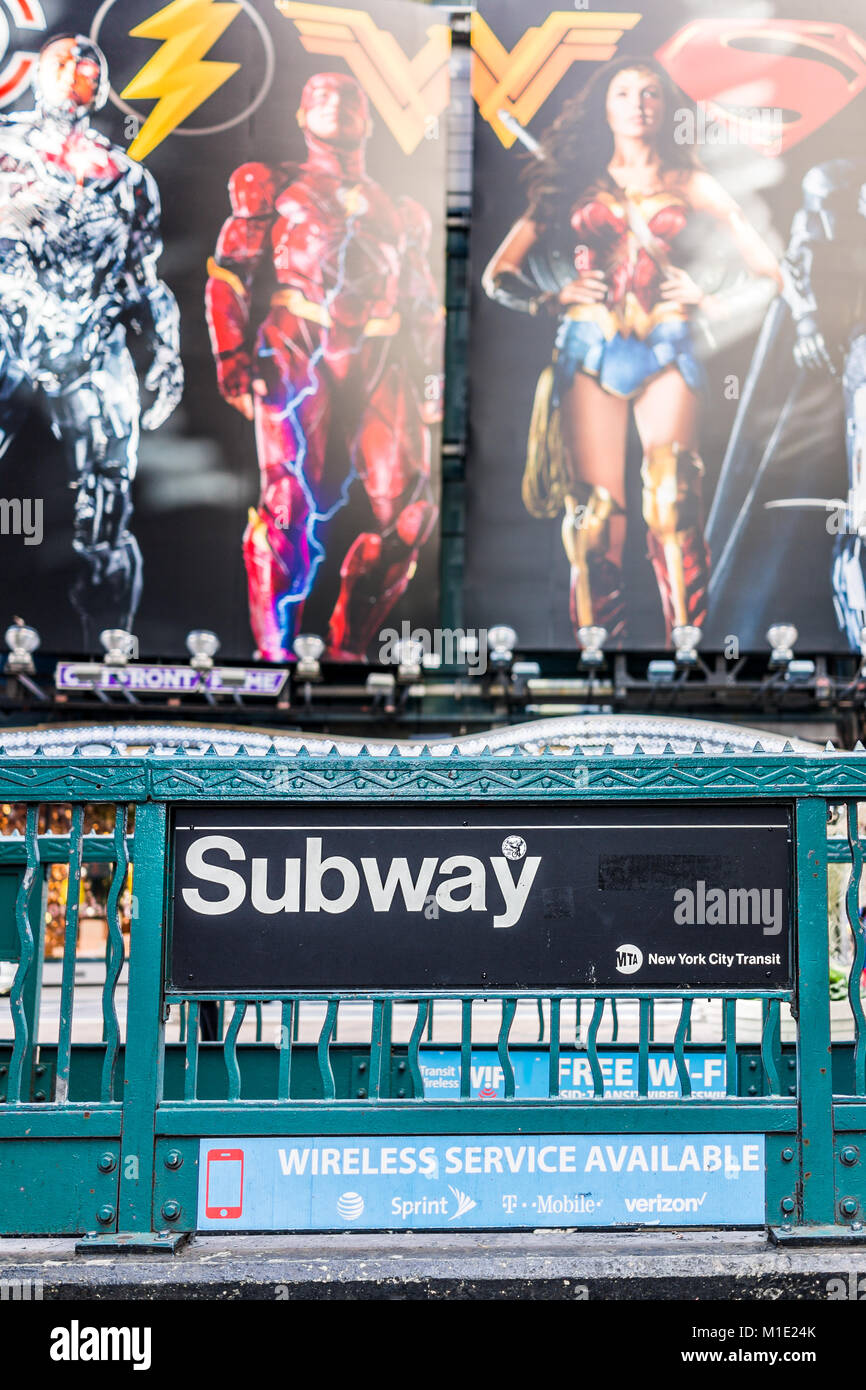 New York City, USA - Oktober 28, 2017: Manhattan NYC Gebäude von Midtown, Times Square, Broadway Avenue Road, Stockbild