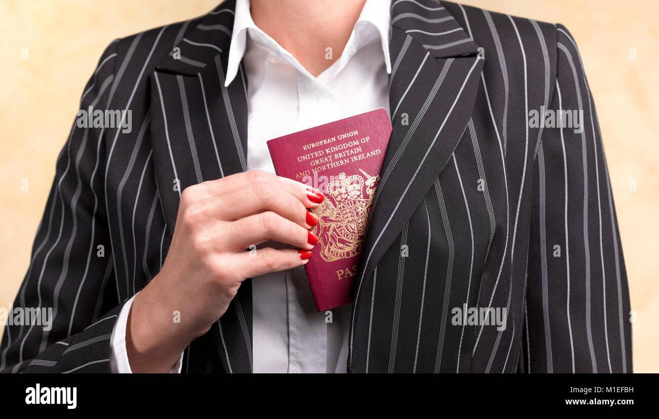 BUSINESS FRAU MIT britischen Reisepass Stockbild