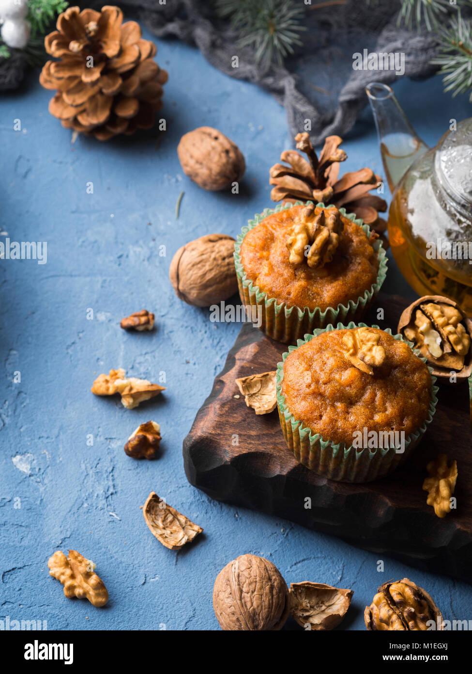 Home gemacht Karotten gewürzt Muffins mit Walnüssen. Winter Urlaub gönnen Stockbild