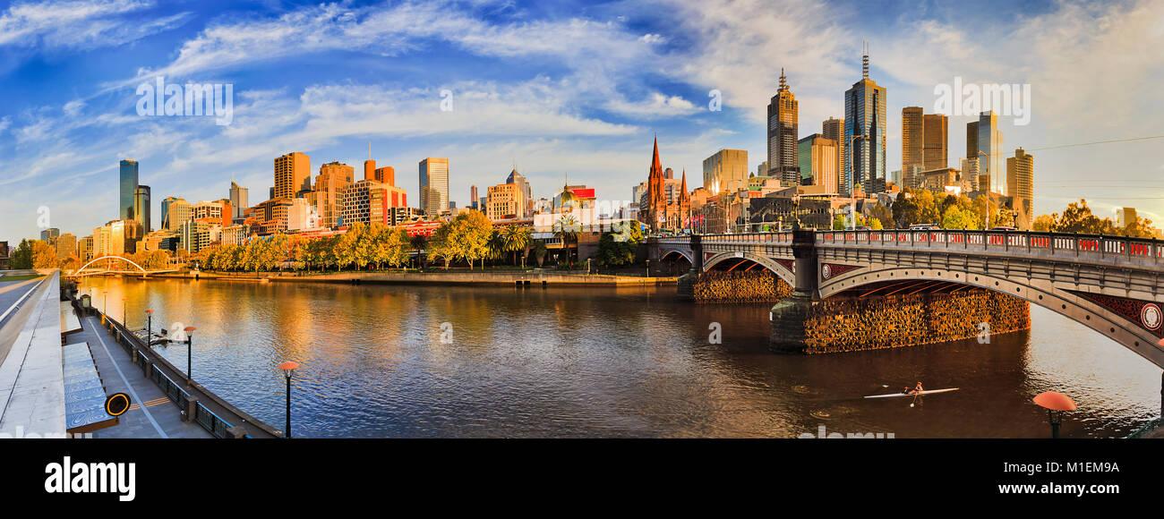 Von southbank über den Fluss Yarra auf die Stadt Melbourne CBD Sehenswürdigkeiten an einem sonnigen Sommermorgen unter blauem Himmel. Stockfoto