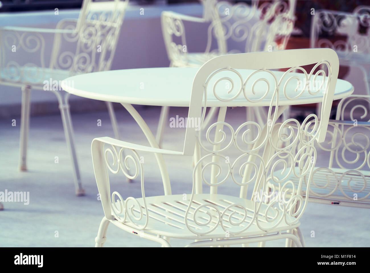 Openwork Weiss Metall Stuhl Im Cafe Stockfoto Bild 173053920 Alamy