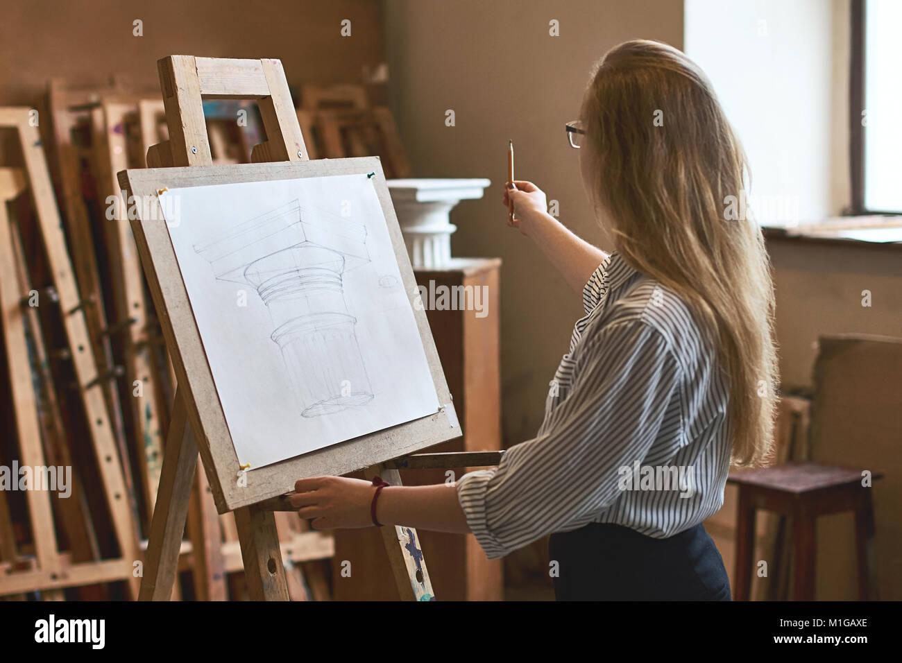 Junge Schone Madchen Schuler Zeichnen Eine Dorische Kapital Mit