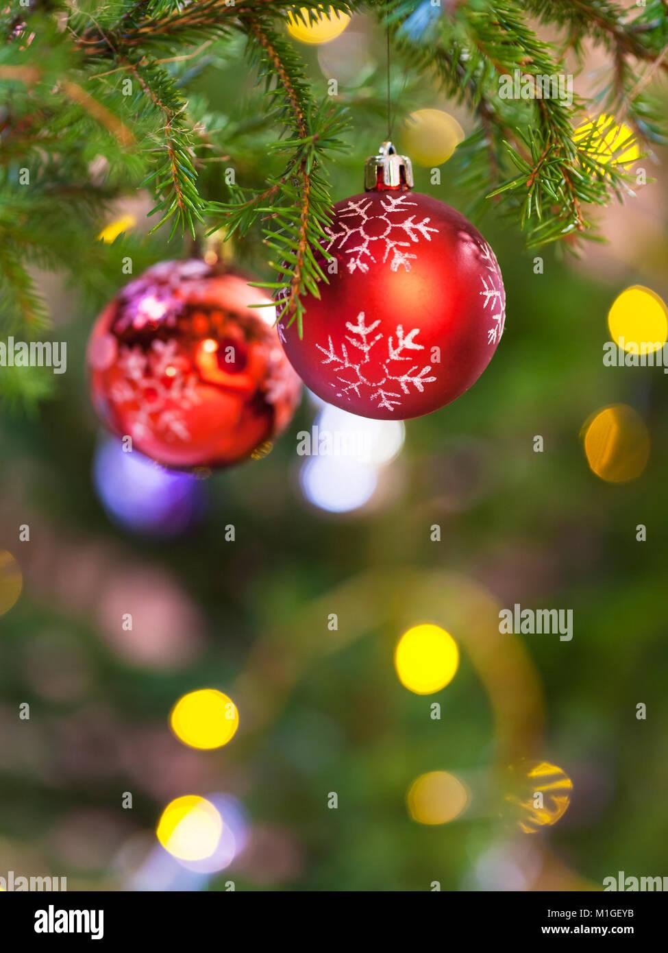 Weihnachtsbaum Natürlich.Weihnachten Hintergrund Zwei Rote Kugeln Auf Natürliche Tanne