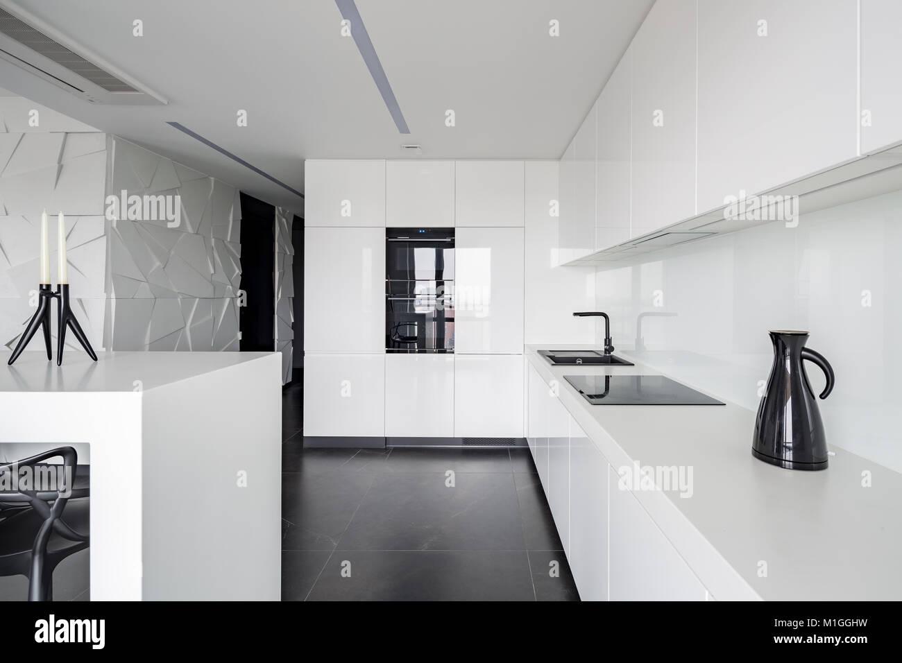 Fußboden Für Weiße Küche ~ Hochglänzende weiße küche mit modernen geräten und schwarz