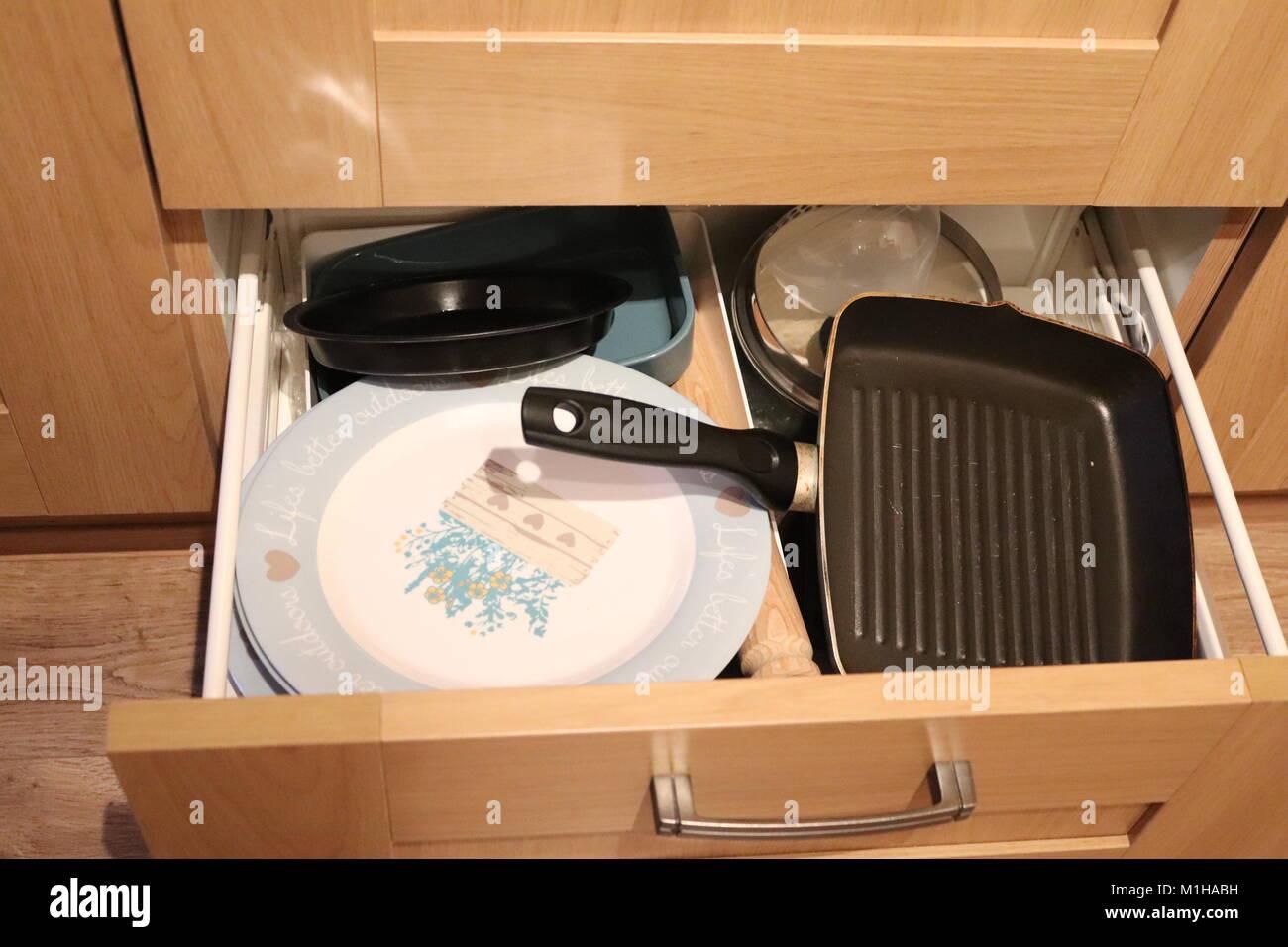 Kitchen Drawer Open Stockfotos & Kitchen Drawer Open Bilder - Alamy