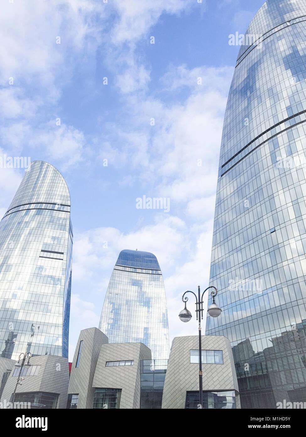 BAKU, Aserbaidschan - Dezember 27, 2017: Moderne Architektur der Stadt Baku, Aserbaidschan. Flamme Towers ist eines Stockbild