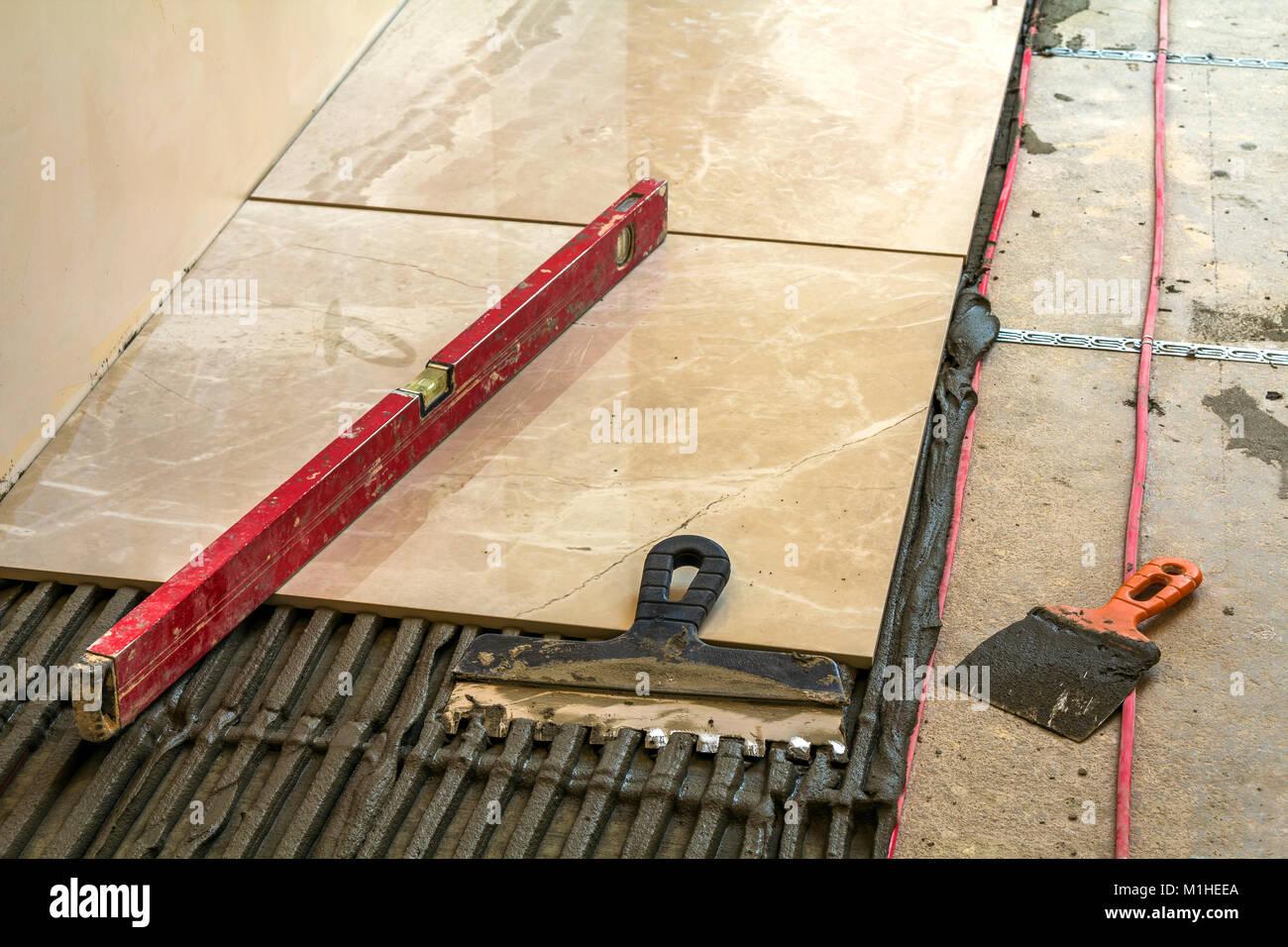 Fußboden Fliesen Renovieren ~ Keramische fliesen und werkzeuge für fliesenleger bodenfliesen