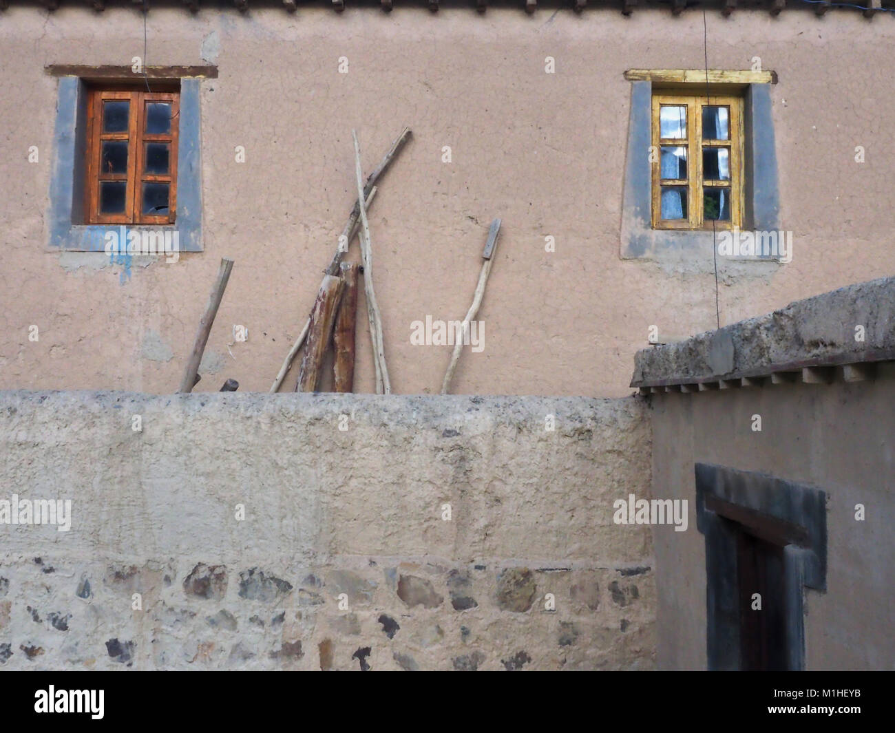 Rosa Lehm Mauer Der Tabo Kloster Mit Zwei Kleine Fenster Mit Holzrahmen Ist  Braun Und Gelb, In Der Nähe Der Wand Es Gibt Holz  Sticks.