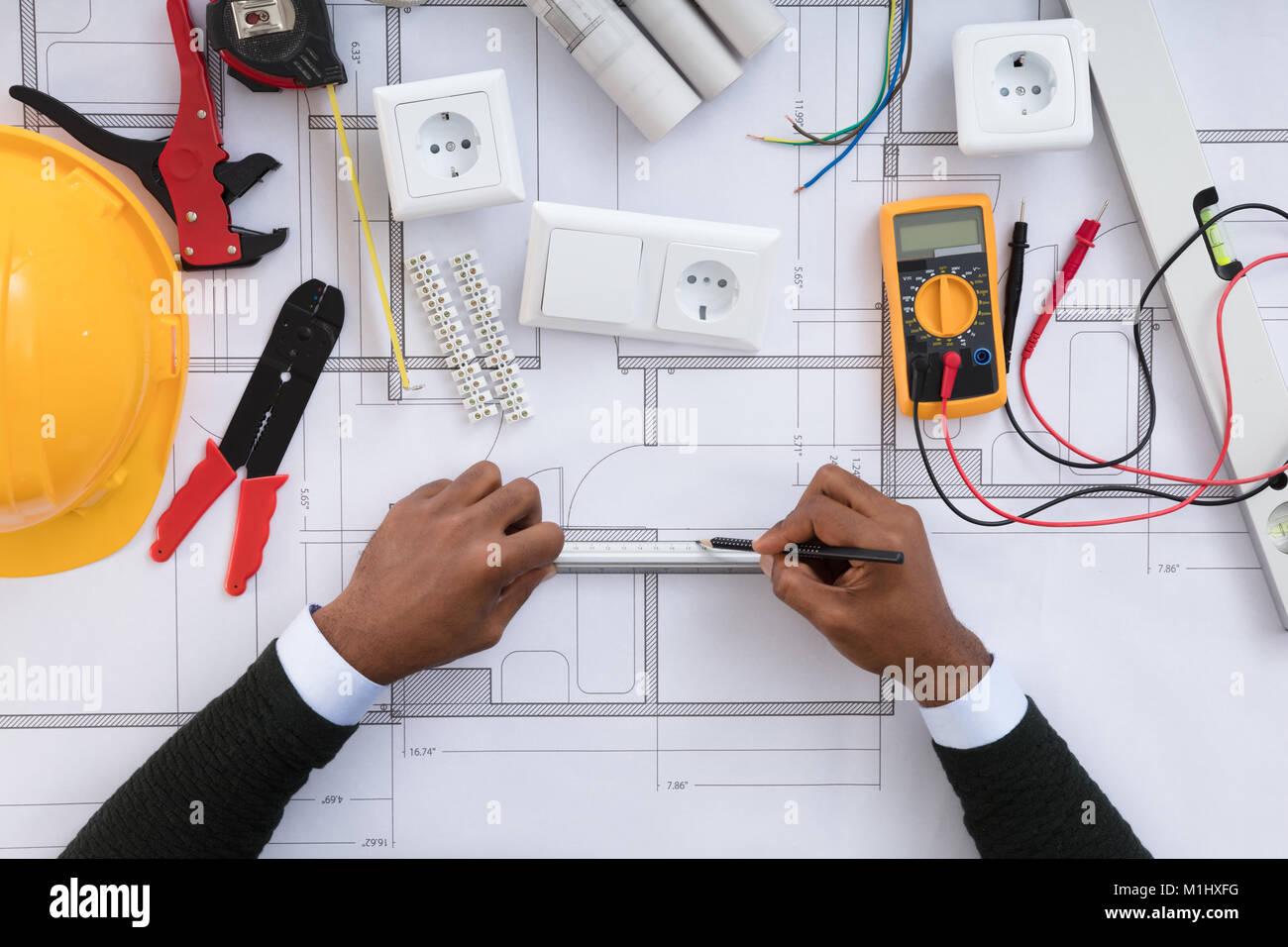 Ansicht eines Architekten Zeichnung Plan auf Blaupause mit elektrischen Komponenten Stockbild
