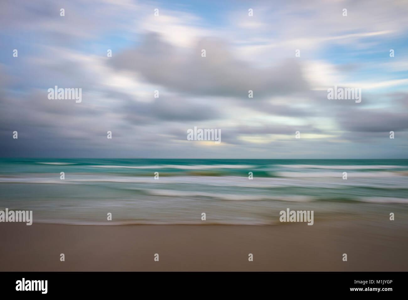 Abstrakte Unschärfe-Effekte im Hintergrund Bewegungsunschärfe von Wellen an einem tropischen Strand mit Stockbild