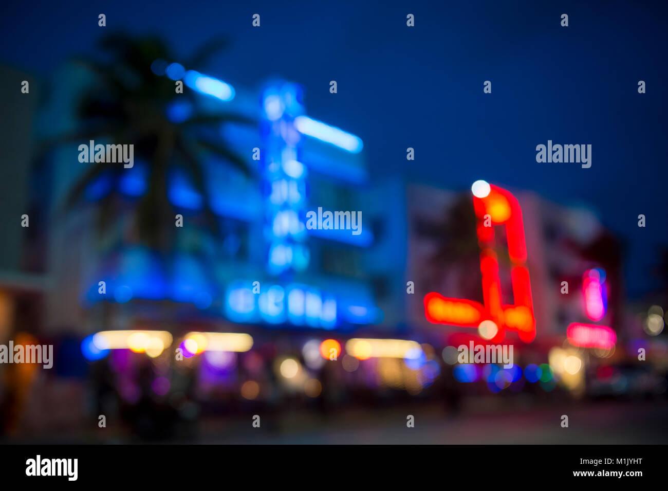 Defokussierten Dämmerung Blick auf die Palmen und Neonlicht der legendären Ocean Drive Art Deco Historic Stockbild