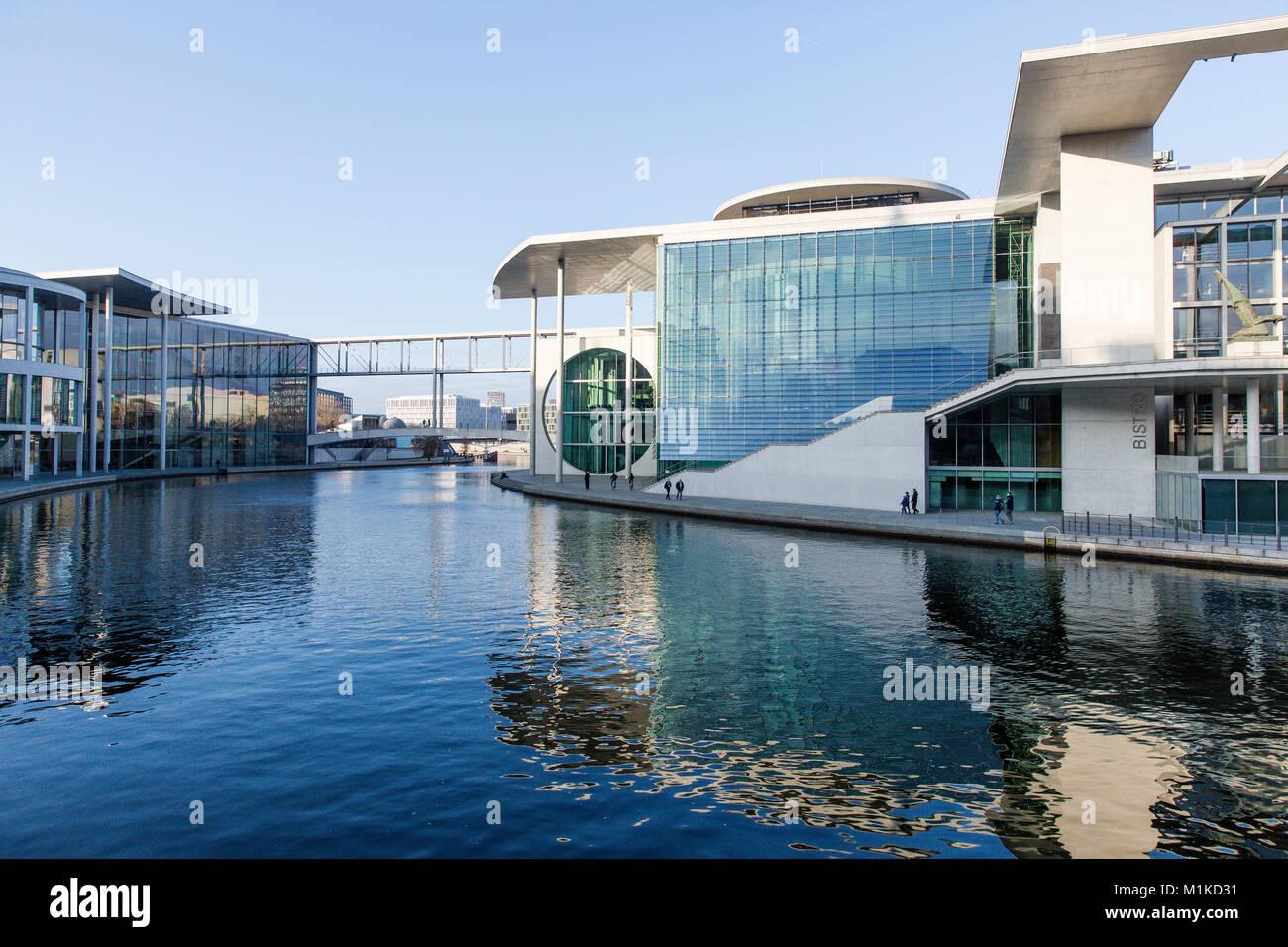 Berlin moderne Architektur der Deutschen Bundesregierung und Kanzleramt an der Spree gelegen. Blue Sky Stockbild