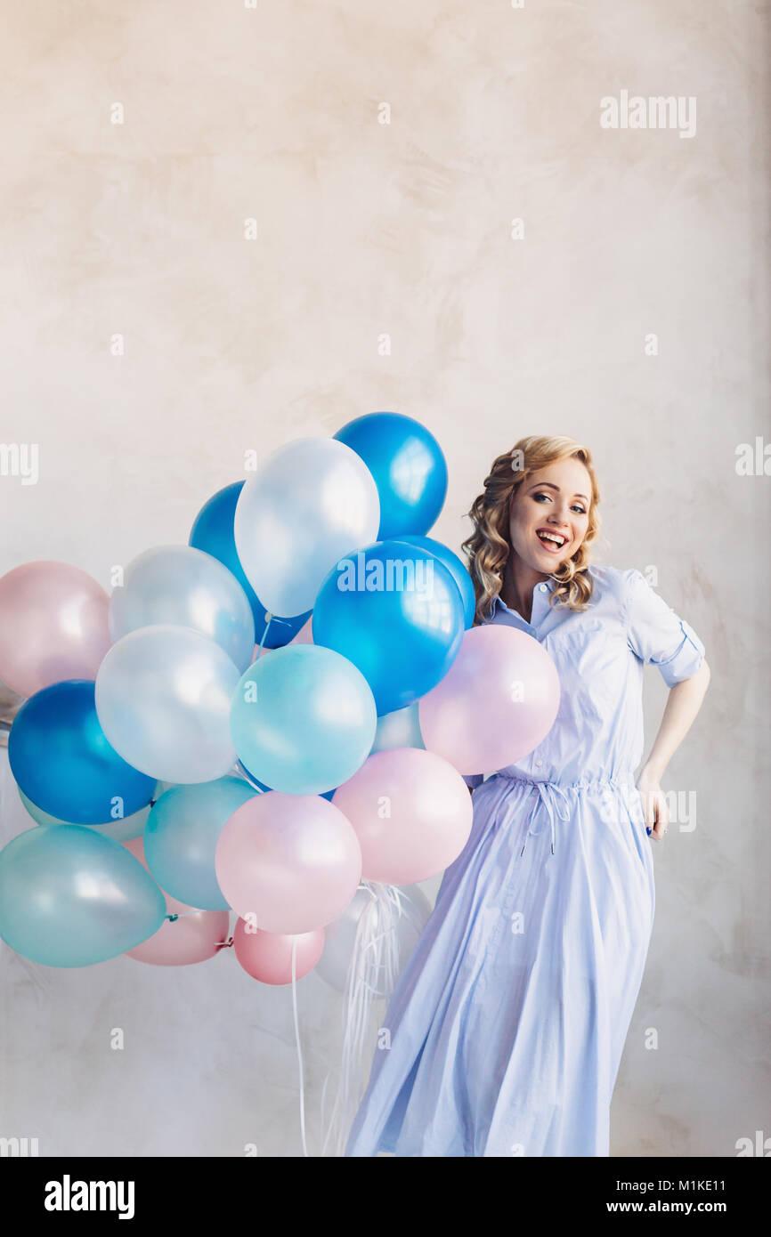 Frau im hellblauen kleid