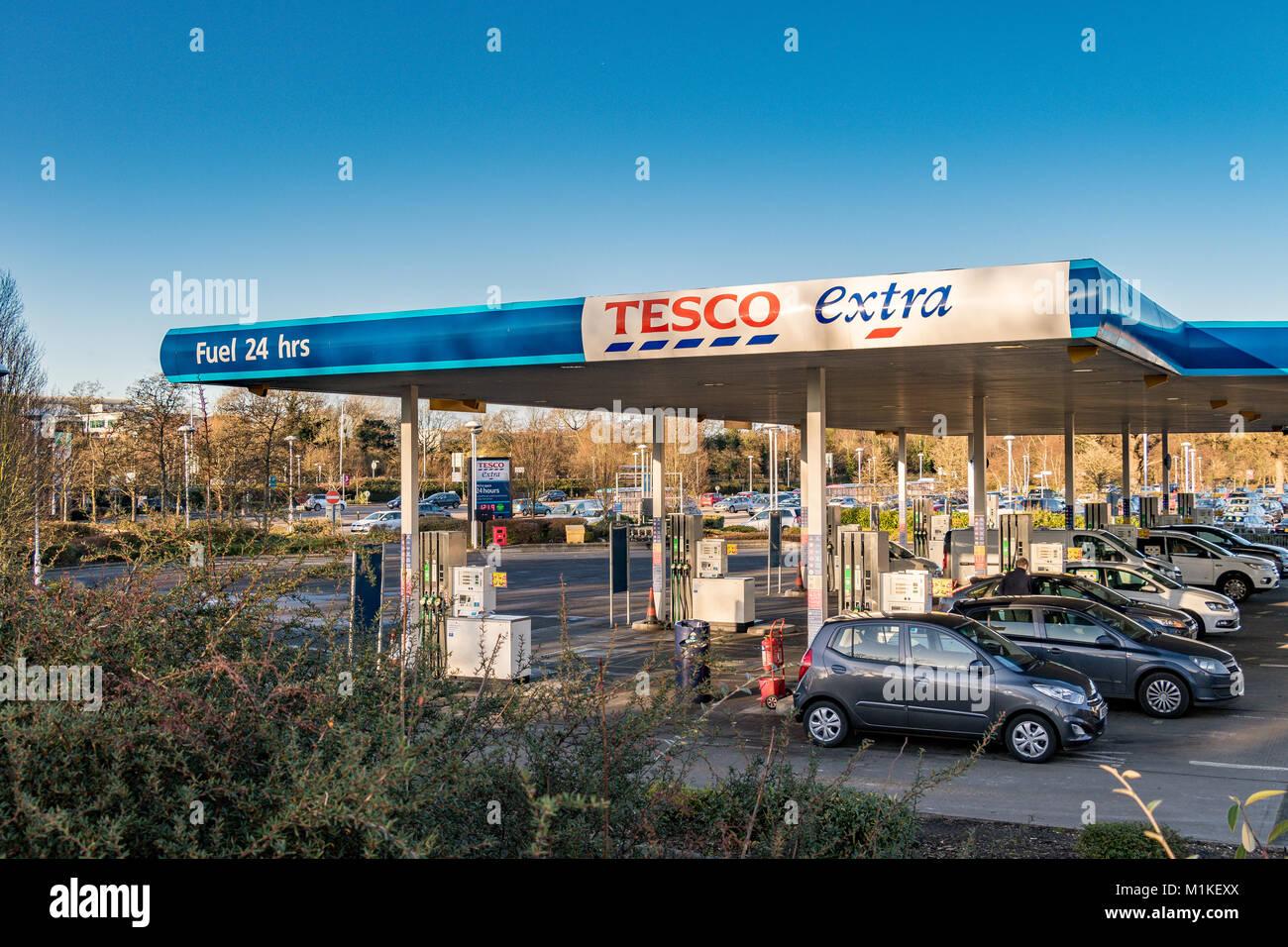 Autos füllt sich mit Kraftstoff zu einem Tesco Extra Tankstelle in Sandhurst, Berkshire Stockbild