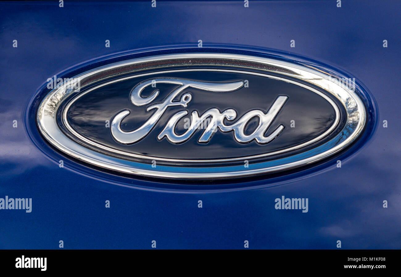 Ford Auto Abzeichen auf blauem Hintergrund, Ford Motor Company ist eine weltberühmte amerikanische multinationale Stockbild