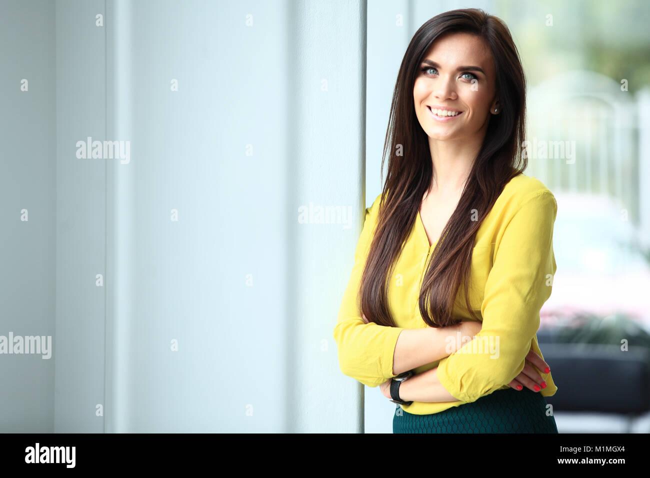 Moderne Business Frau Im Büro Mit Textfreiraum Stockfoto Bild