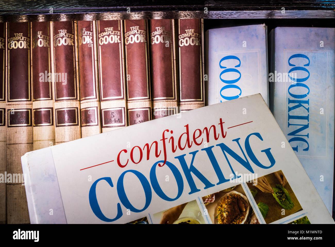Sortiment von Selbsthilfe, Hardcover, Kochbücher mit Rezepten, in einer Reihe auf einem Buch, mit dem Titel Stockbild