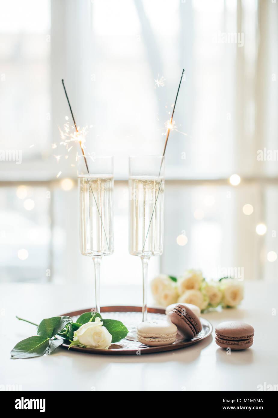 Luxuriöse champagner Hochzeit mit weißen Rosen und Macaron d Stockbild