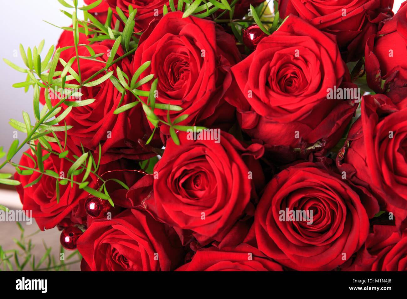luxus strau roter rosen in flower shop valentinstag blumenstrau aus roten rosen geburtstag. Black Bedroom Furniture Sets. Home Design Ideas