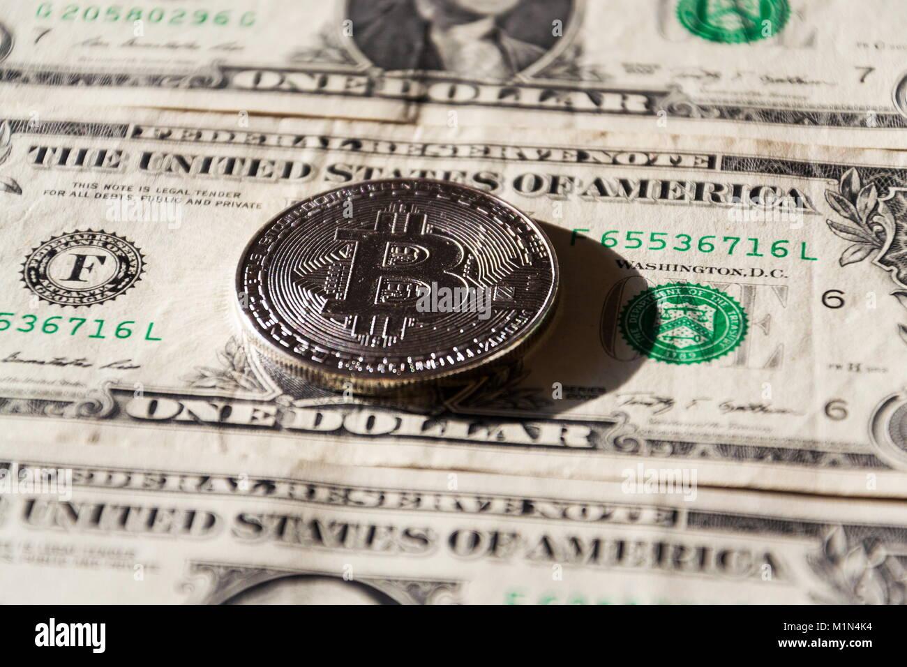 Silber bitcoin Münze liegen auf US-Dollar, cryptocurrency Konzept Stockfoto