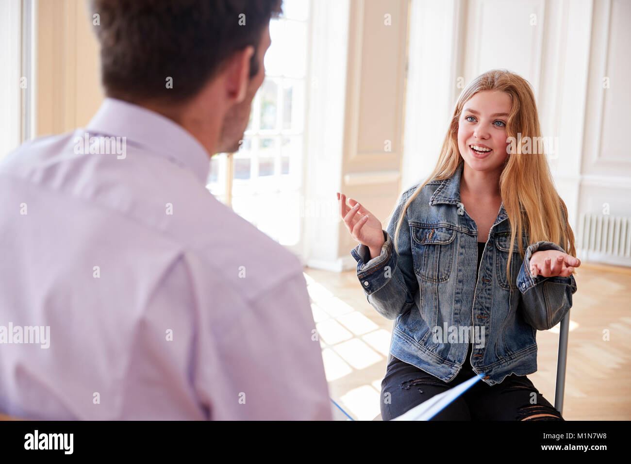 Weibliche Jugend Schüler in Diskussion mit Tutor Stockbild
