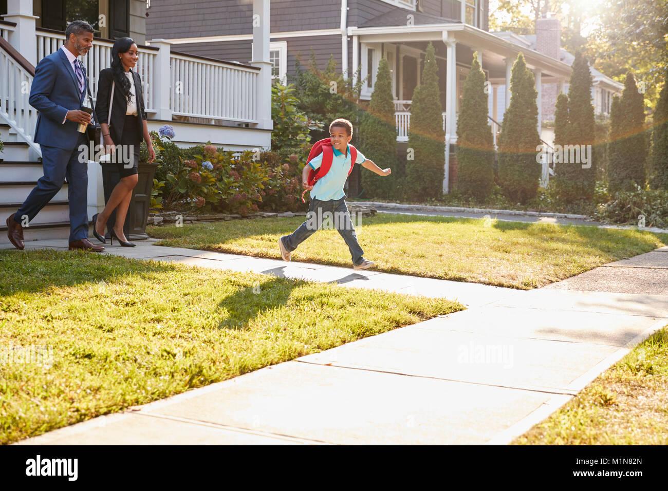 Geschäftsfrau Eltern wandern Sohn zur Schule auf dem Weg zur Arbeit Stockbild