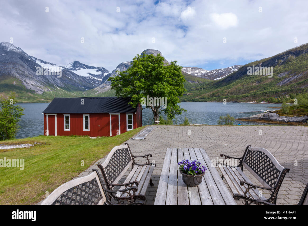 Picknick Tisch entlang der Norwegischen County Road 17 von Bodo zu Halsa. Norwegen Stockfoto