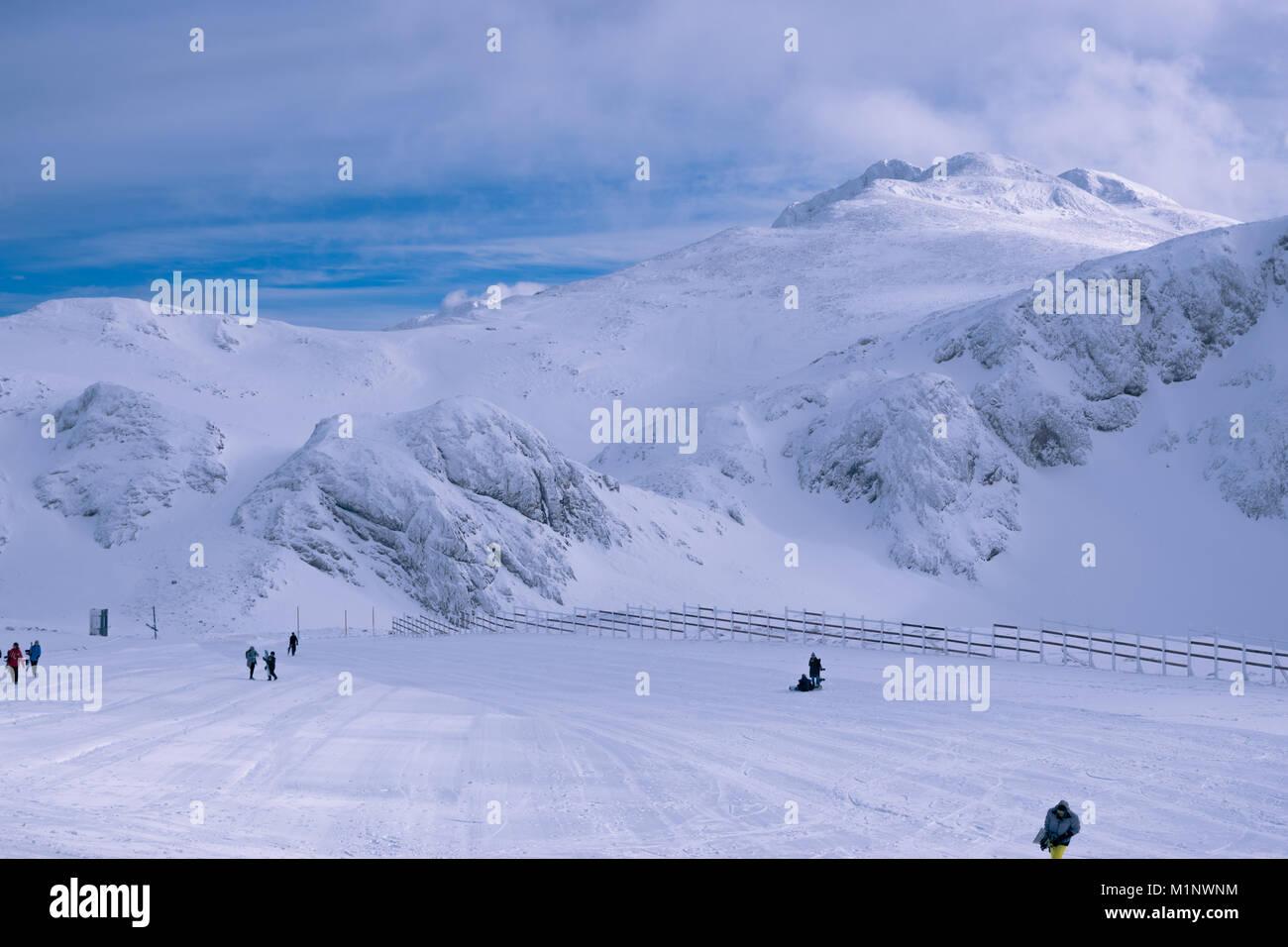 Bewölkt morgen auf ein Skigebiet im Winter Stockbild