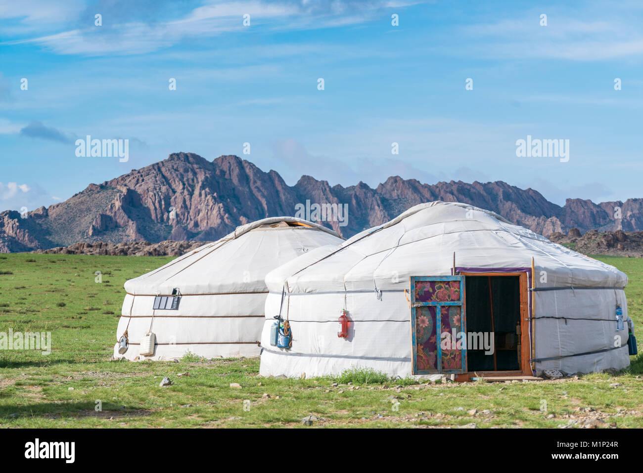 Mongolische Gers und Bergen im Hintergrund, Mitte der Provinz Gobi, Mongolei, Zentralasien, Asien Stockbild
