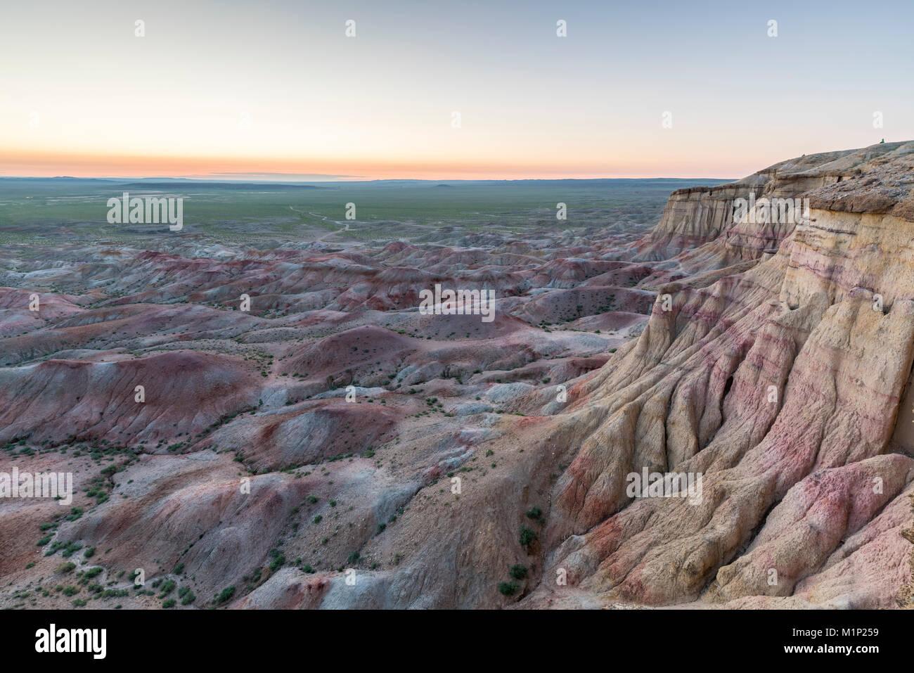 Weiße Stupa sedimentären Gesteinen in der Dämmerung, Ulziit, Mitte der Provinz Gobi, Mongolei, Zentralasien, Stockbild