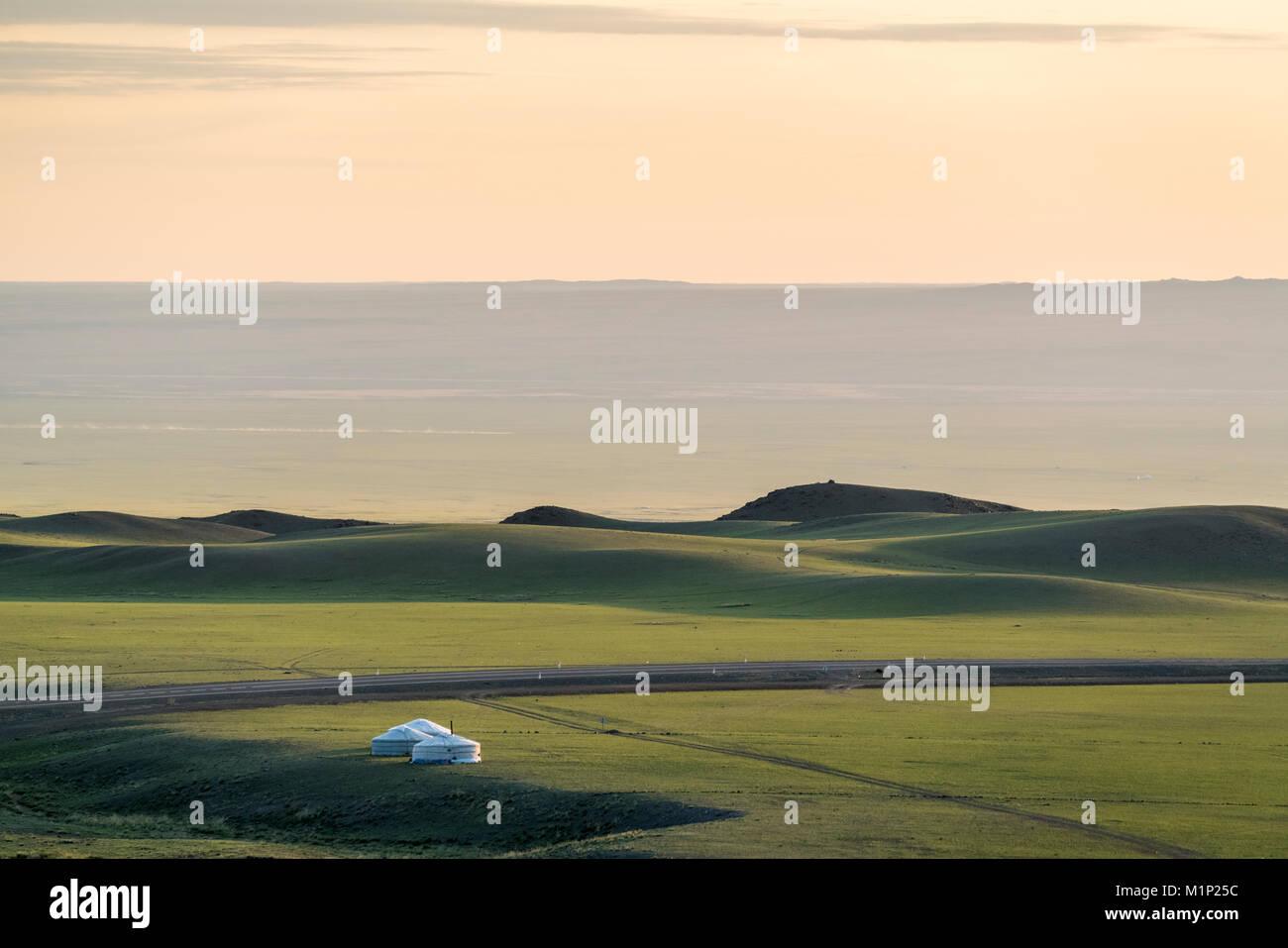 Nomadic Camp und Hügeln, Bayandalai Bezirk, Provinz im Süden der Wüste Gobi, Mongolei, Zentralasien, Stockbild