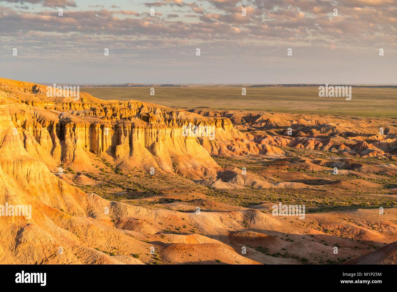 Weiße Stupa im Morgenlicht, Ulziit, Mitte der Provinz Gobi, Mongolei, Zentralasien, Asien Stockbild