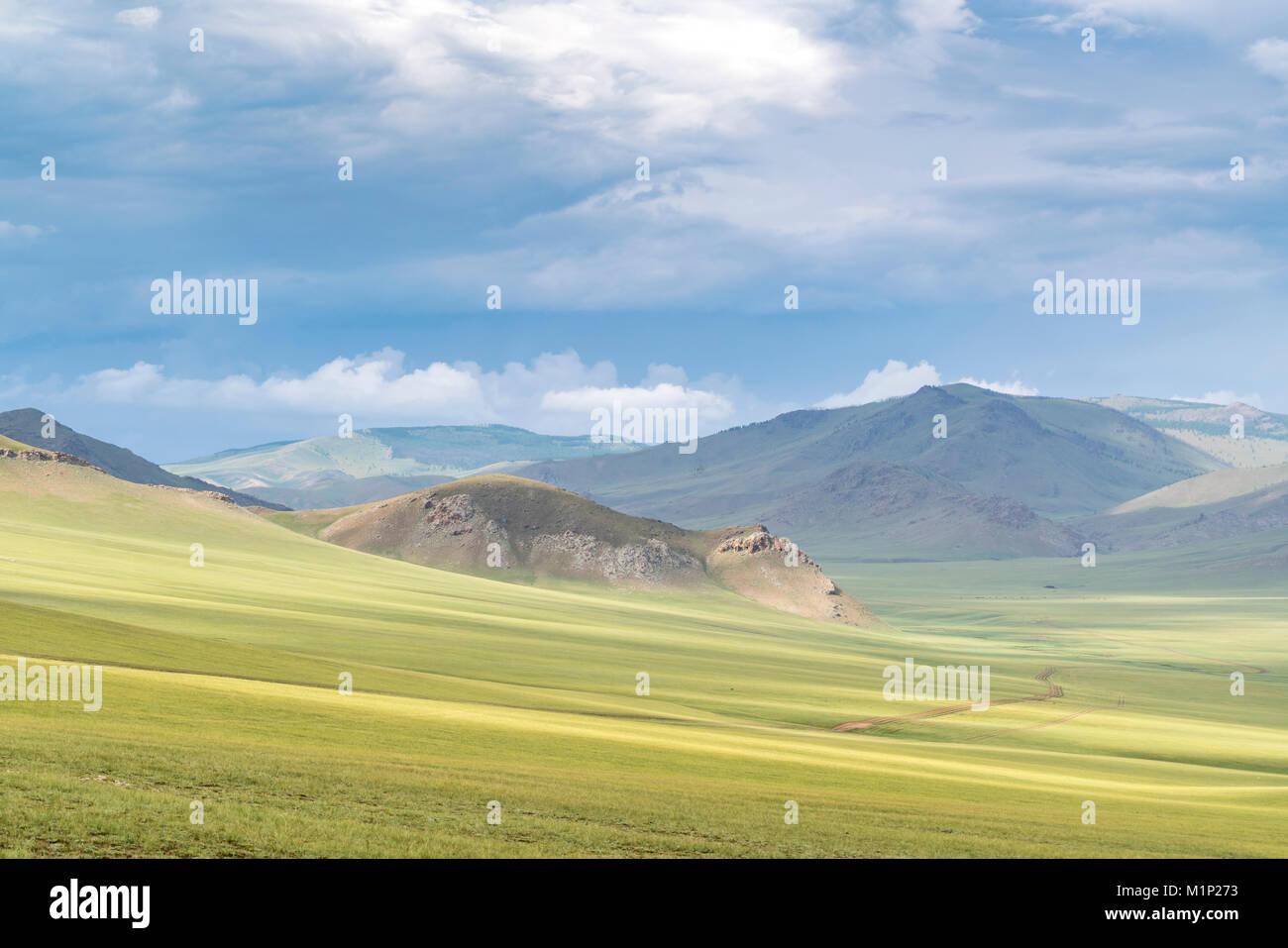 Landschaft der grünen Mongolian Steppe unter einem düsteren Himmel, Ovorkhangai Provinz, Mongolei, Zentralasien, Stockbild