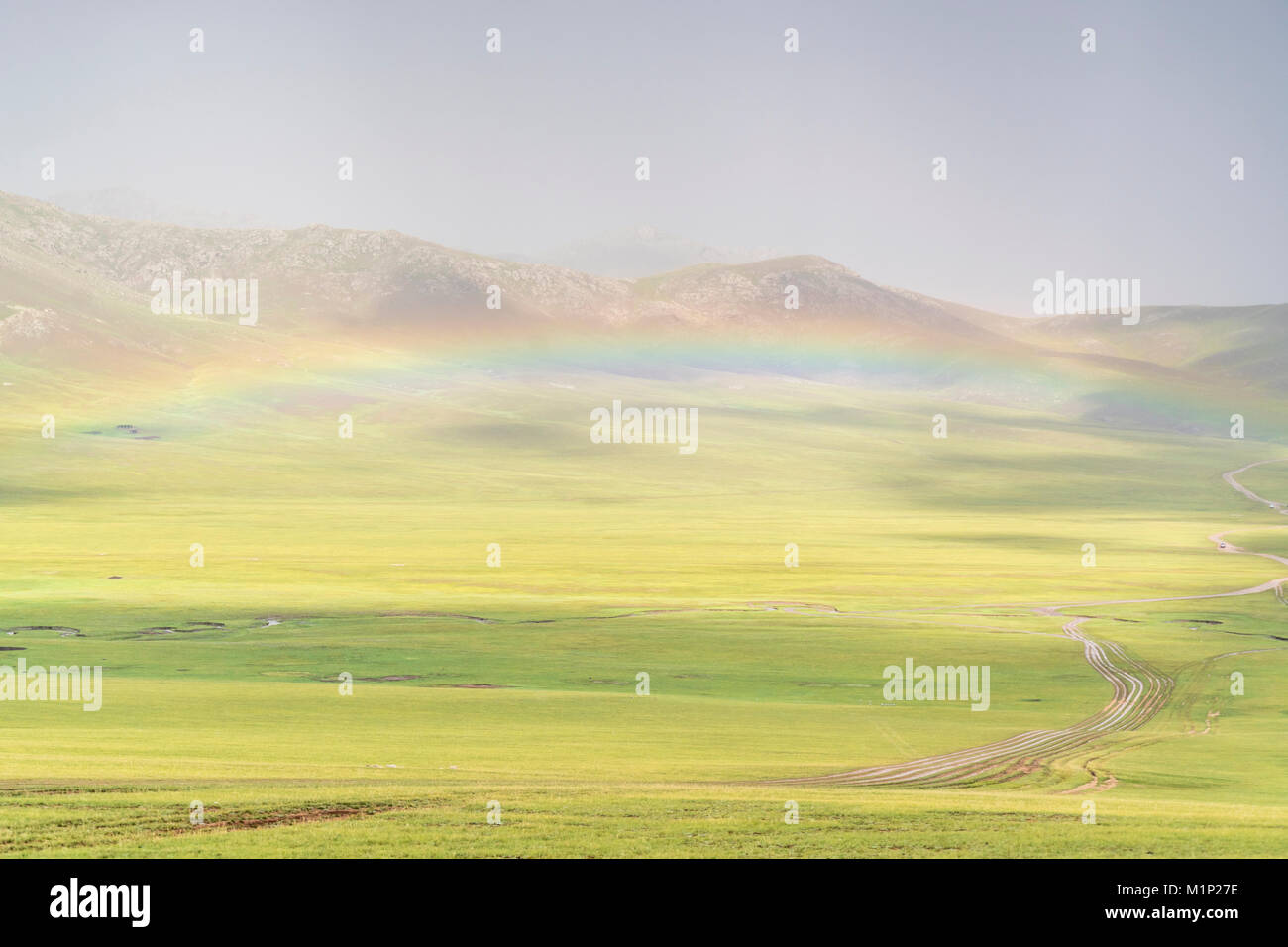 Regenbogen über dem grünen Mongolische Steppe, Ovorkhangai Provinz, Mongolei, Zentralasien, Asien Stockbild