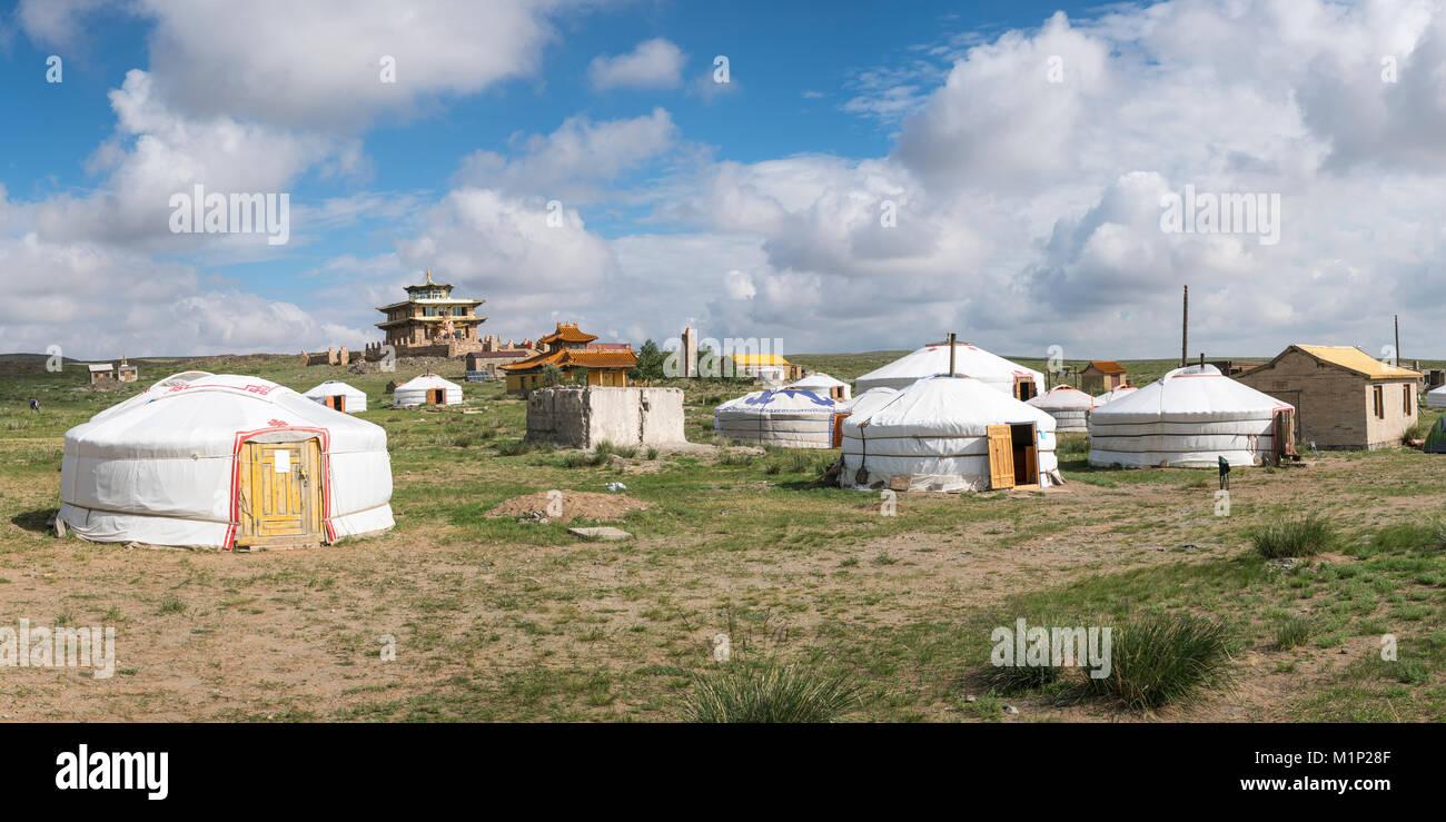 Ger camp und Tsorjiin Khureenii Tempel im Hintergrund, Mitte der Provinz Gobi, Mongolei, Zentralasien, Asien Stockbild