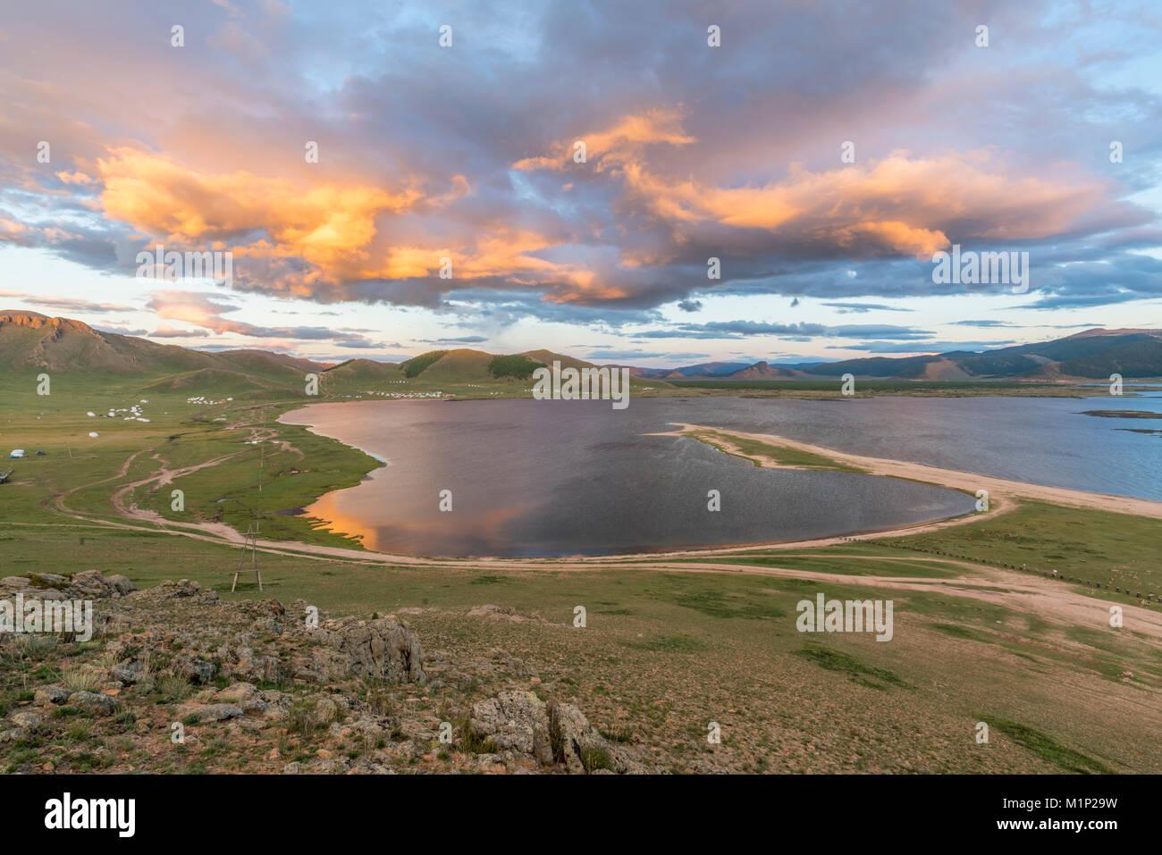 Sonnenuntergang über dem Weißen See, Proletariats Bezirk,Hangay Provinz, Mongolei, Zentralasien, Asien Stockbild