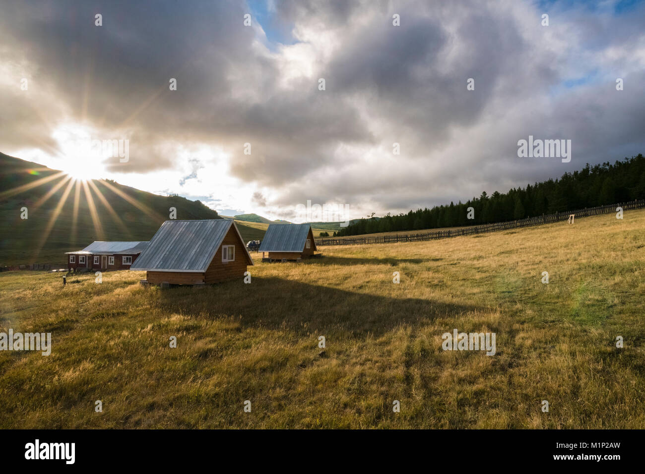 Holzhäuser bei Sonnenaufgang, Burentogtokh Bezirk, Provinz Hovsgol, Mongolei, Zentralasien, Asien Stockbild