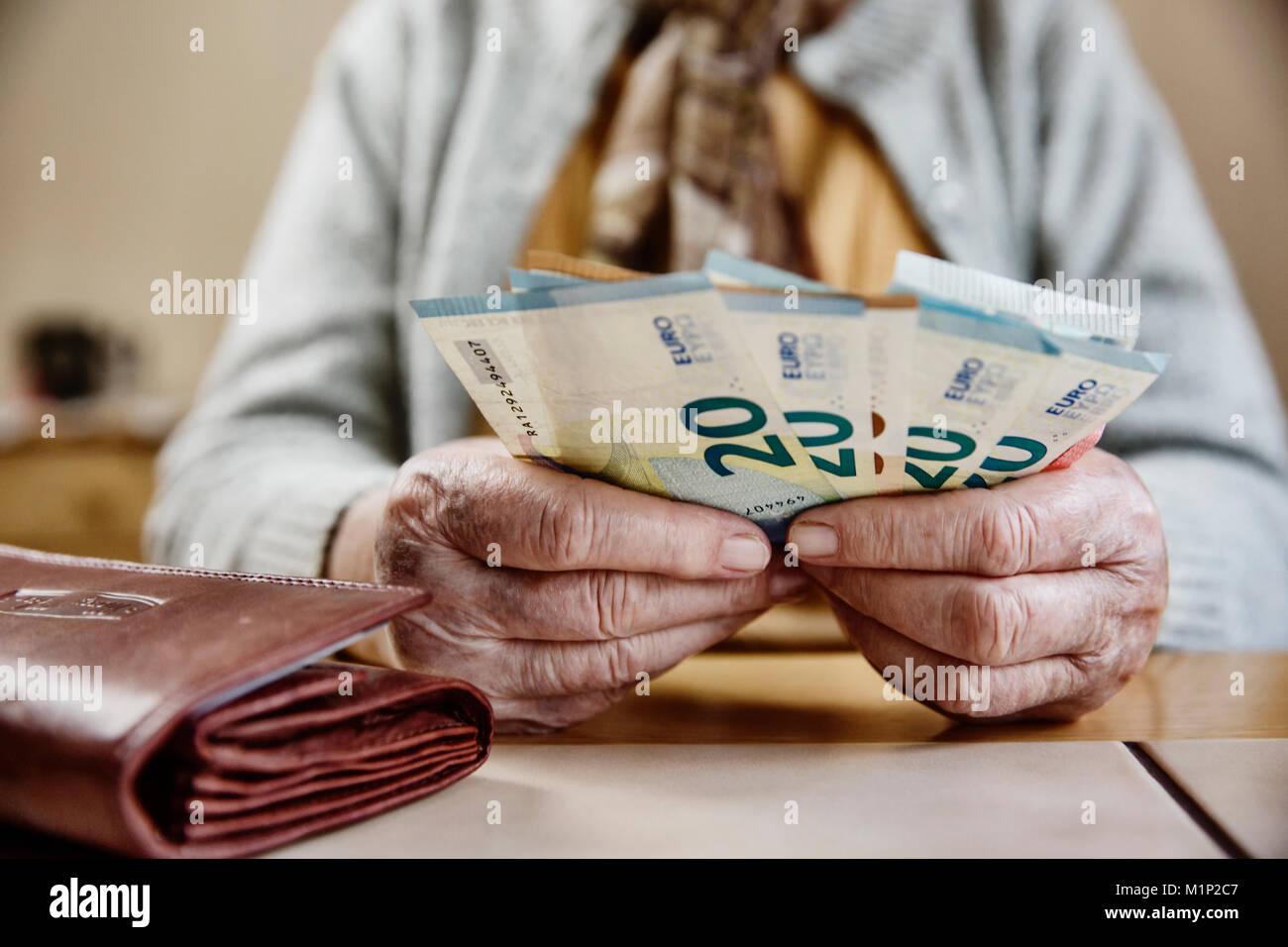Hand eines älteren Bürgers mit Euro-banknoten, älterer Bürger ihr Geld zählt, Deutschland Stockbild