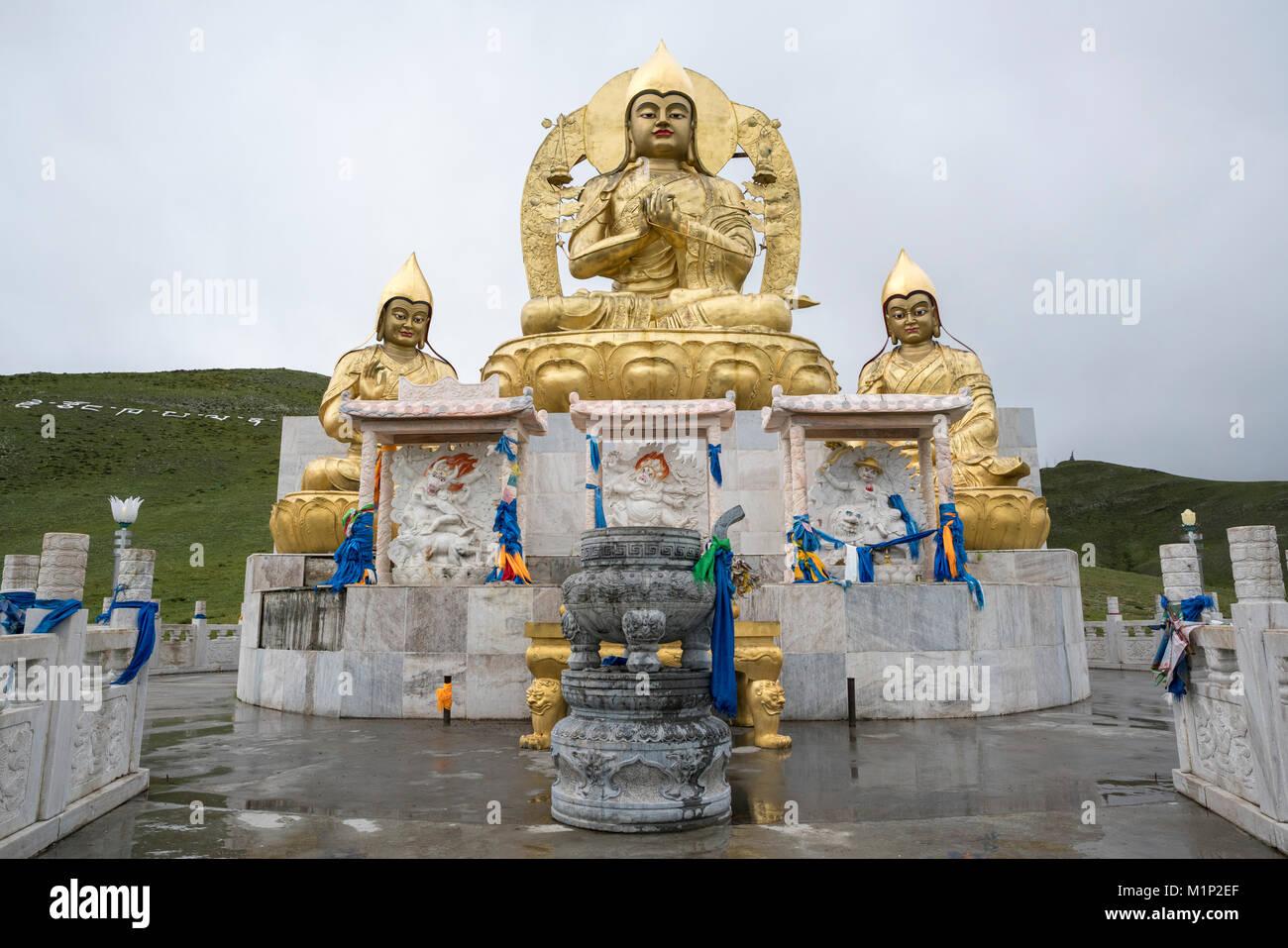 Goldenen buddhistischen Statuen über Amarbayasgalant Kloster, Mount Baruunburen Buren-Khaan, Bezirk, Provinz Stockbild