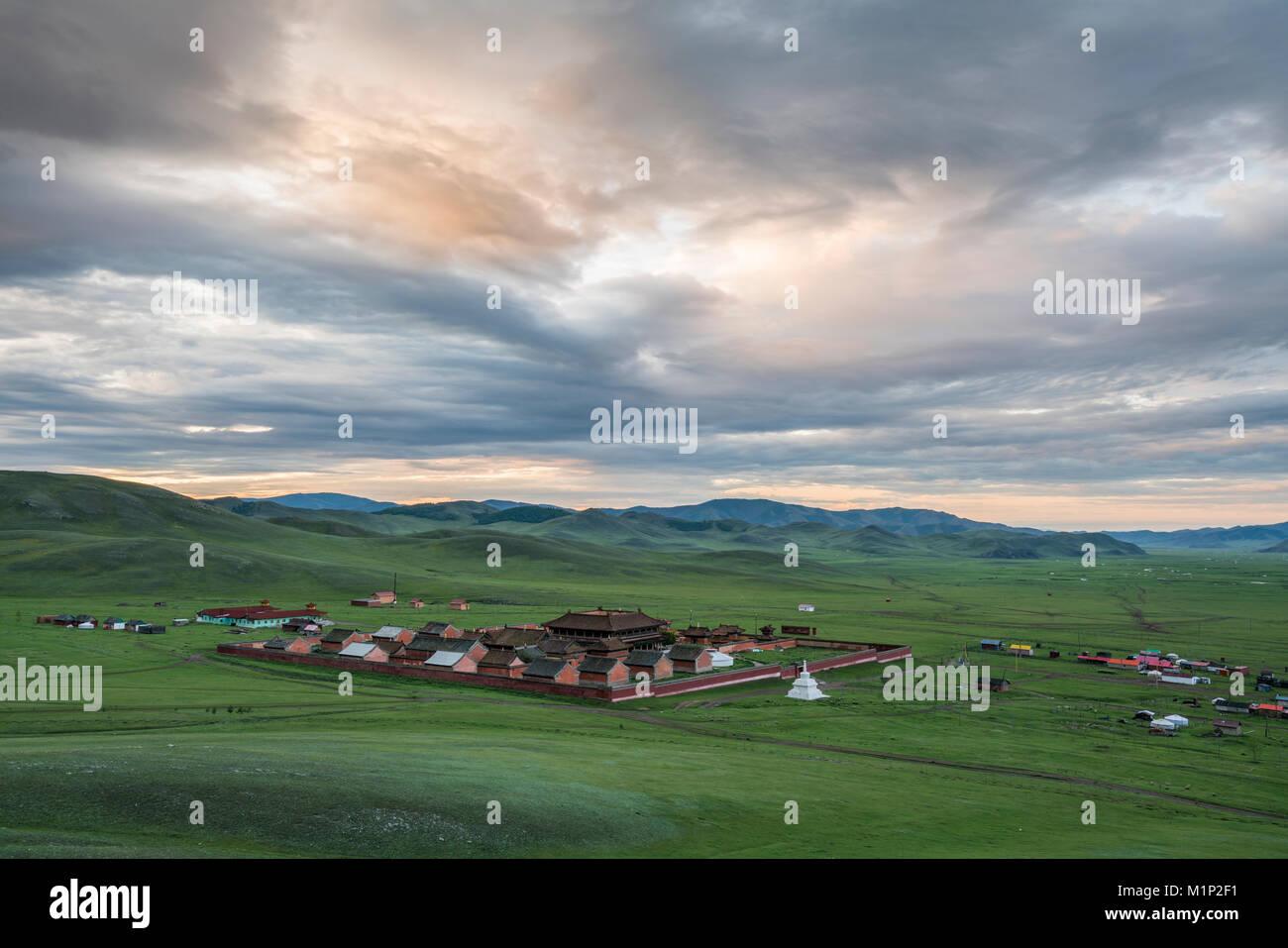 Anzeigen von Amarbayasgalant Kloster von oben bei Sonnenuntergang, Mount Baruunburen Buren-Khaan, Bezirk, Provinz Stockfoto