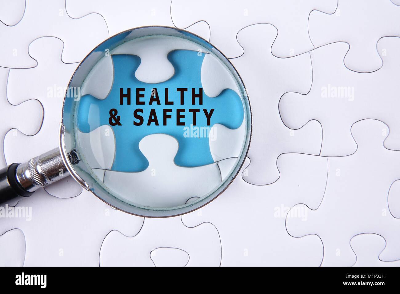 Gesundheit und Sicherheit Konzept mit weißen Puzzle Stockbild