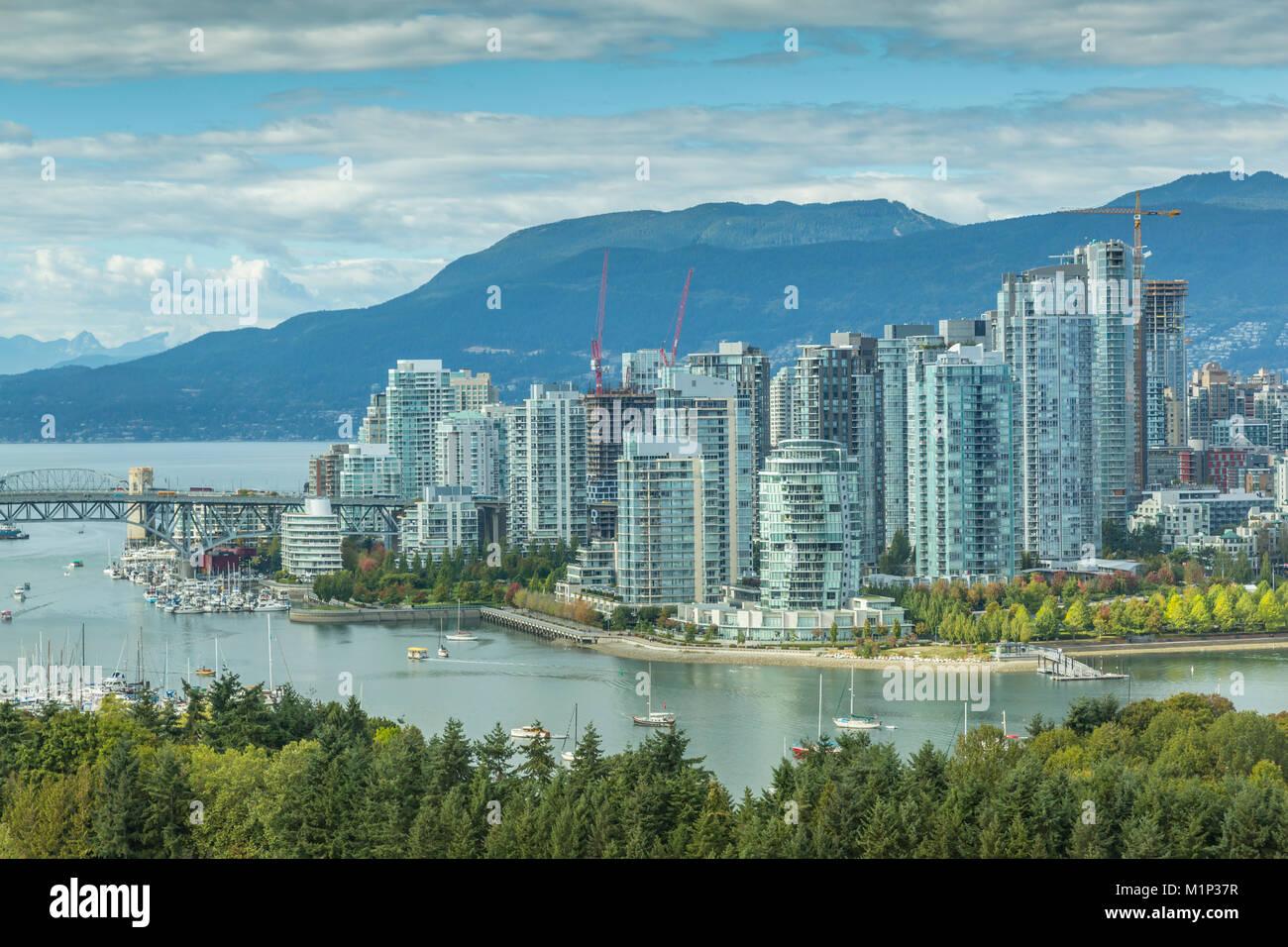 Blick auf Vancouver Skyline von Mount Pleasant District, Vancouver, British Columbia, Kanada, Nordamerika gesehen Stockbild