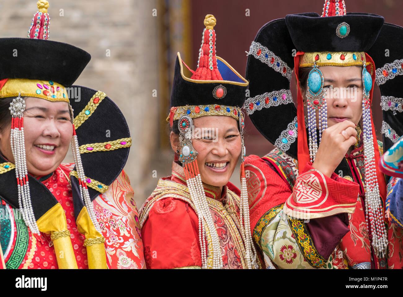 Drei Frauen tragen traditionelle mongolische Kostüme, Harhorin, im Süden der Provinz Hangay, Mongolei, Stockbild